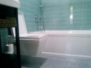 S 2 - European fixtures, rainhead shower, soaker tub, heated floor